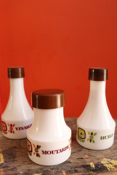set condiments mobil 1970 huile vinaigre moutarde en opaline blanc. Black Bedroom Furniture Sets. Home Design Ideas
