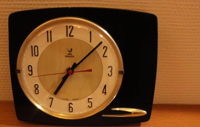 pendule jaz transistor en formica noir vintage by fabichka. Black Bedroom Furniture Sets. Home Design Ideas