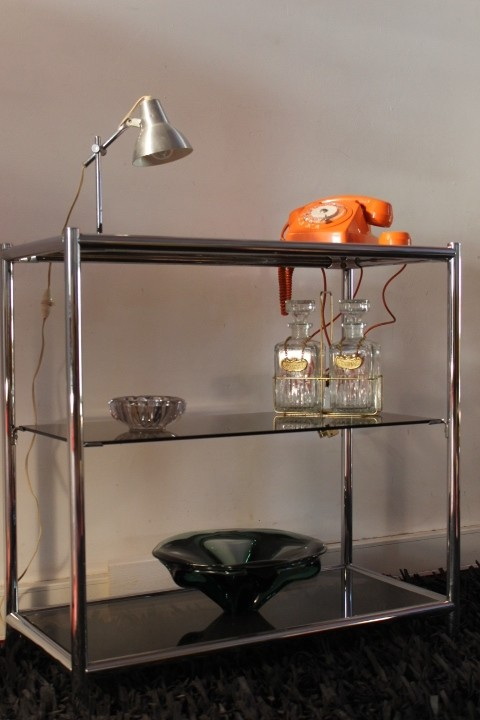 etag re en verre fum et structure m tal chrom datant des. Black Bedroom Furniture Sets. Home Design Ideas