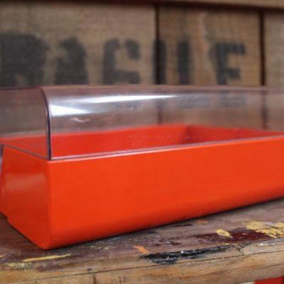 Boîte en plastique orange et couvercle transparent