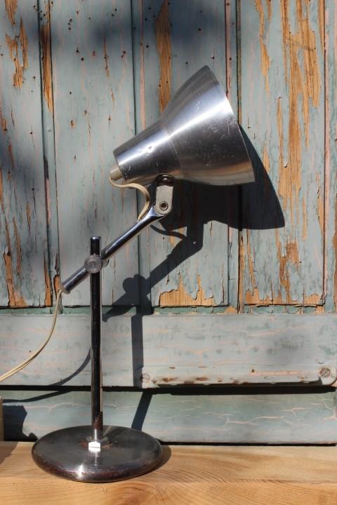 petite lampe poser articul e en m tal. Black Bedroom Furniture Sets. Home Design Ideas