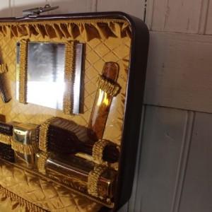 bagage vintage avec nécessaire de toilette en simili cuir