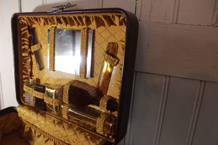 valise vintage avec n cessaire de toilette vintage by fabichka. Black Bedroom Furniture Sets. Home Design Ideas