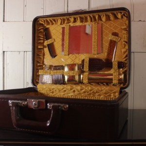 valise vintage avec nécessaire de toilette en simili cuir