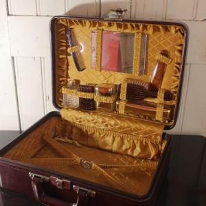 Valise vintage contenant petit nécessaire de toilette