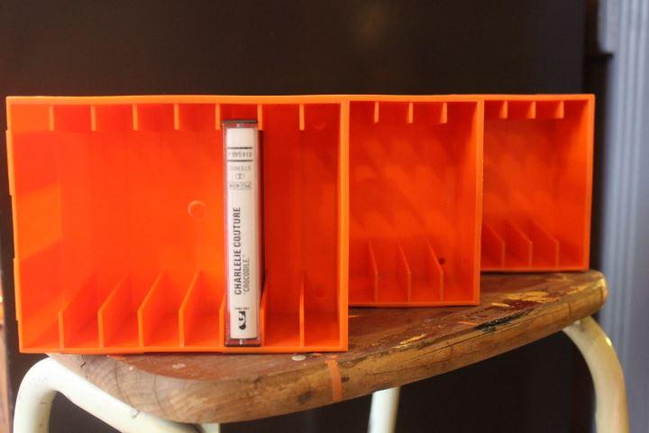 Rack pour cassettes audio orange vintage