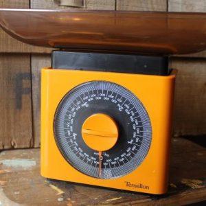 balance de cuisine vintage orange