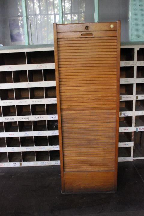 Ancien meuble classeur rideau roulant compos de 8 tablettes for Meuble classeur ancien