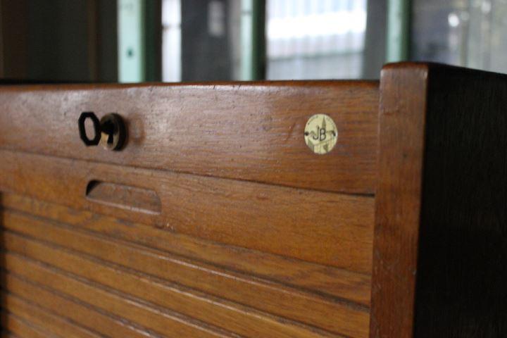 Ancien meuble classeur rideau roulant compos de 8 tablettes for Meuble classeur rideau