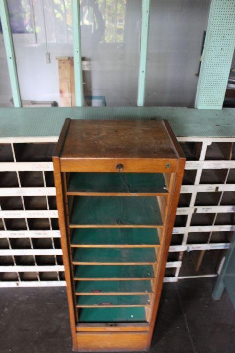 Ancien meuble classeur rideau roulant compos de 8 tablettes - Meuble classeur rideau ...