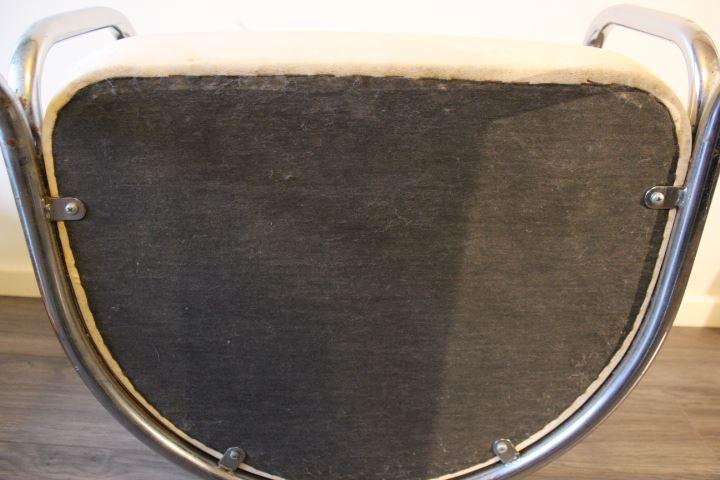 Fauteuil vintage en métal chromé et simili cuir blanc