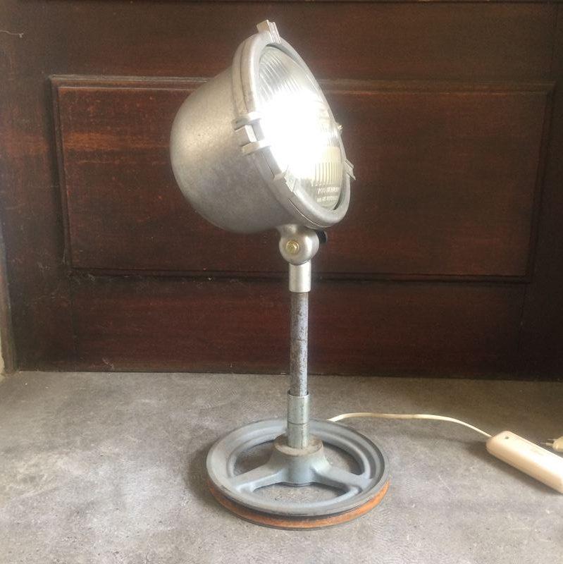 Lampe poser style industrielle r alis e partir d 39 un ancien phare - Lampe industrielle a poser ...