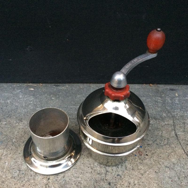 Ancien moulin à café mécanique