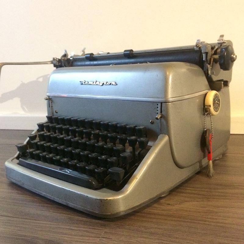 ancienne machine crire remington rand autour de 1950. Black Bedroom Furniture Sets. Home Design Ideas