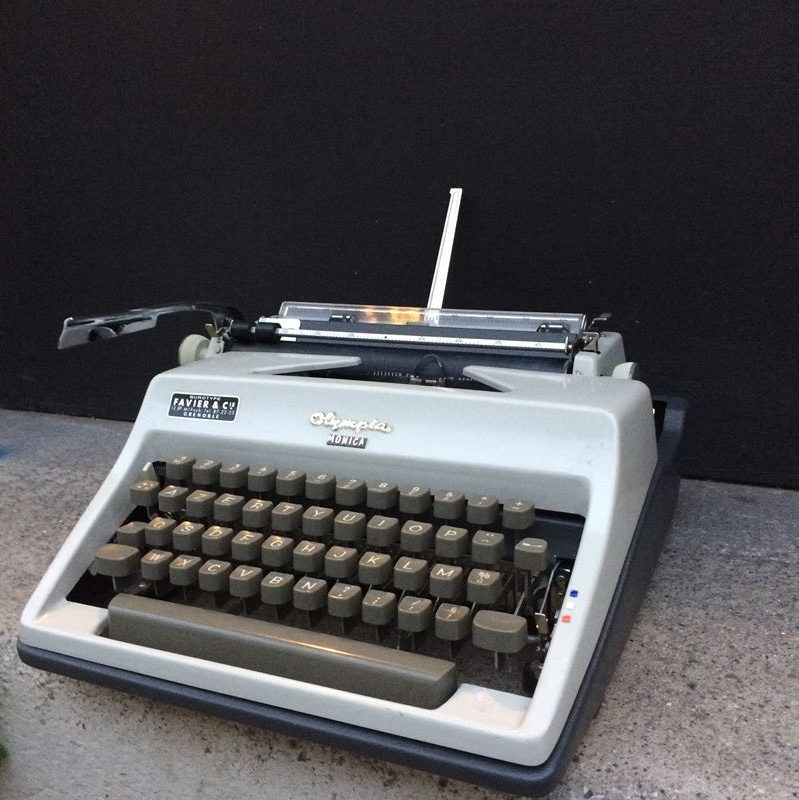 Machine à écrire Olympia vintage