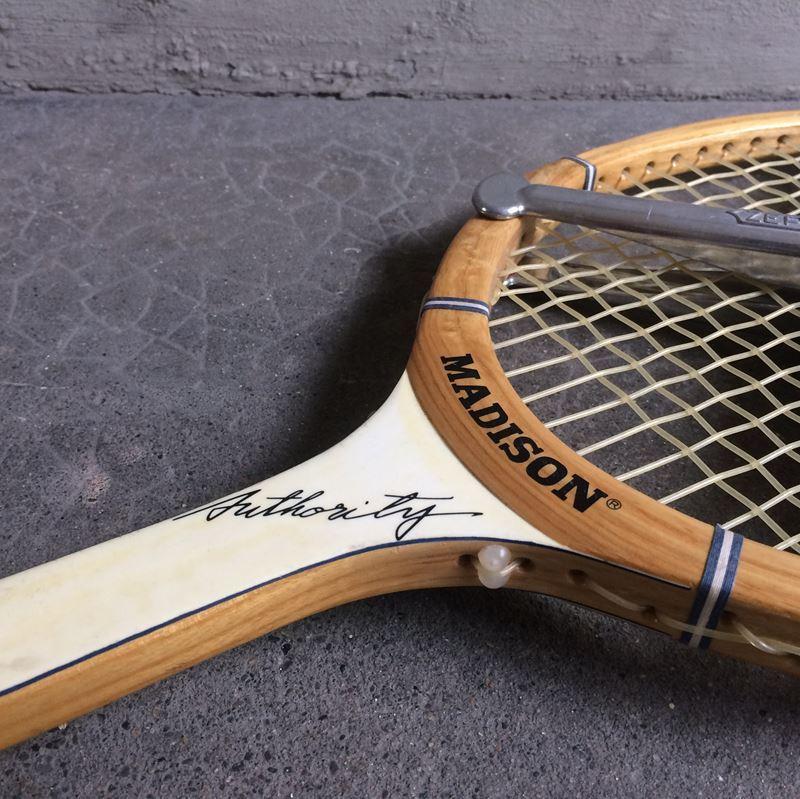 ancienne raquette de tennis cadre bois datant des ann es 60. Black Bedroom Furniture Sets. Home Design Ideas