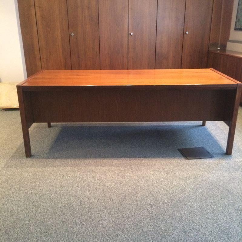 Grand bureau en bois massif vintage