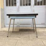 Table formica bleu ciel pieds fuseau